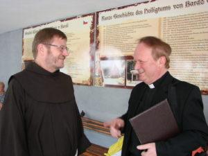Der Minderheitenseelsorger der Deutschen Minderheit in der Diözese Oppeln, Pfarrer Peter Tarlinski, im Gespräch mit Pater Marian Arndt (Breslau) (links).